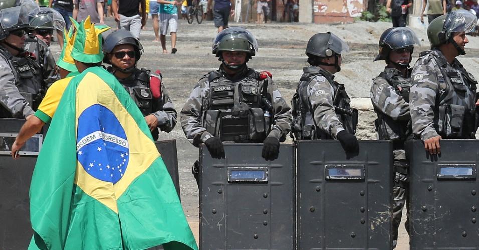 19.jun.2013 - Torcedores se aproximam de barreira policial que foi montada em frente ao Castelão
