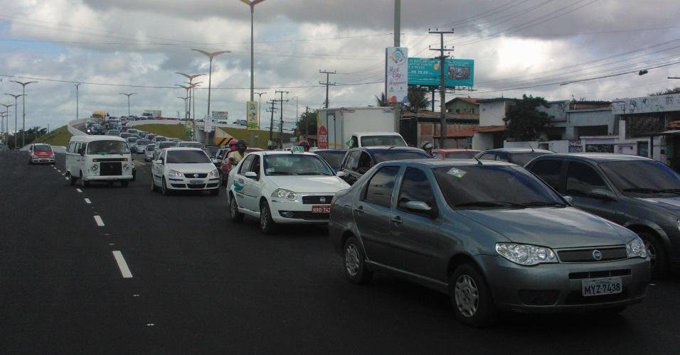 19.jun.2013 - Trânsito lento no caminho para o estádio Castelão, em Fortaleza, devido a manifestação que ocorre na região
