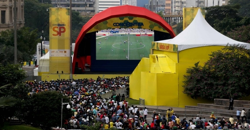 19.jun.2013 - Vale do Anhangabaú, em São Paulo, recebeu um grande número de torcedores durante o jogo entre Brasil e México