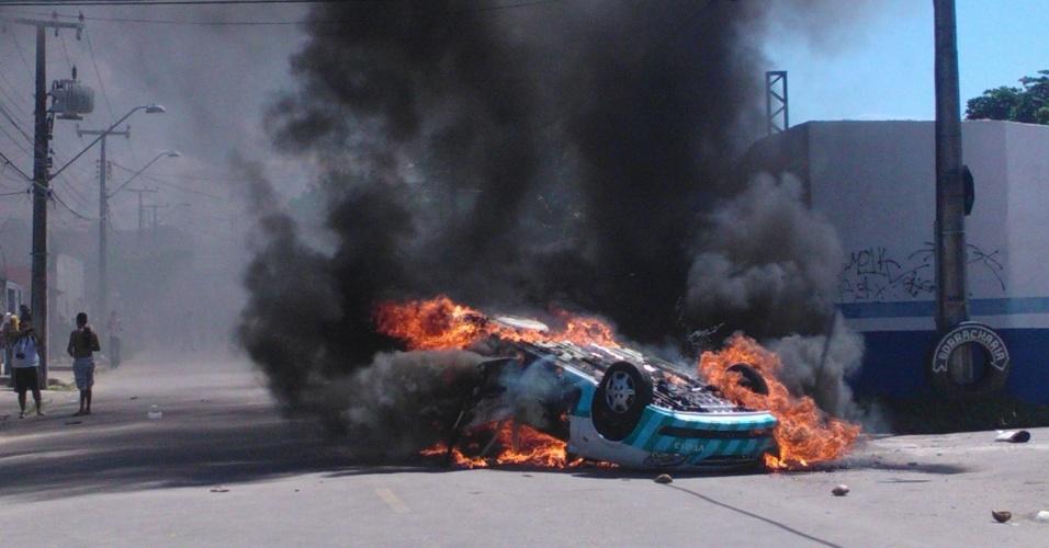 19.jun.2013 - Viatura da AMC é incendiada por manifestantes durante confronto nas imediações do estádio Castelão, em Fortaleza