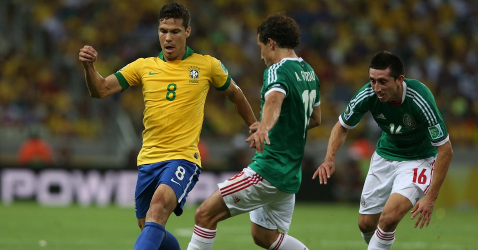 19.jun.2013 - Volante Hernanes se antecipa e toca a bola antes do mexicano Guardado