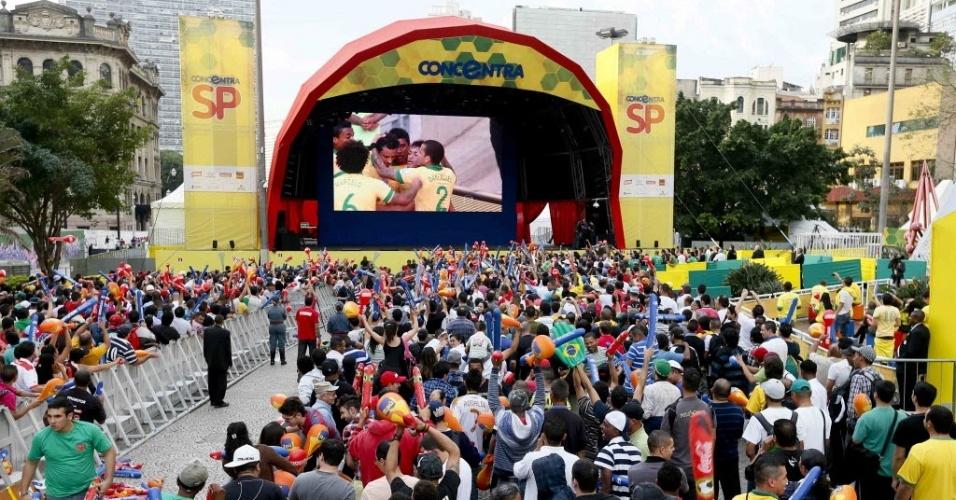 19.jun.2013- Torcedores comemoram gol de Neymar sobre o México durante fan fest em São Paulo