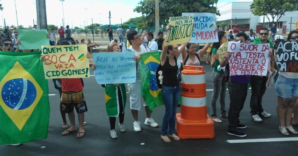 19.jun.2013 - Manifestantes levam faixas para o protesto em frente ao estádio Castelão, onde o Brasil enfrenta o México pela Copa das Confederações