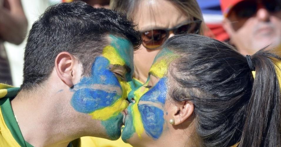 19.junho.2013 - Casal se beija na arquibancada do Castelão