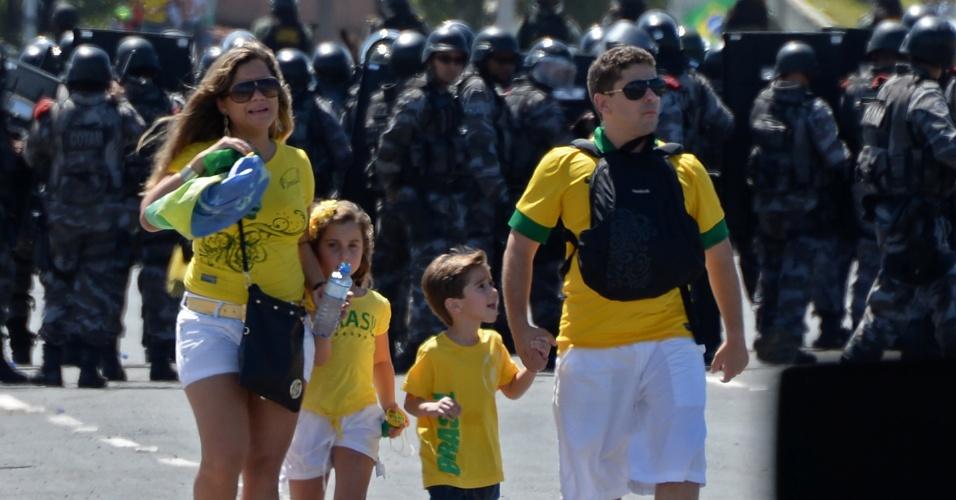 19.junho.2013 - Crianças chegam ao Castelão acompanhadas dos pais; policiais cercam o ambiente por causa dos protestos