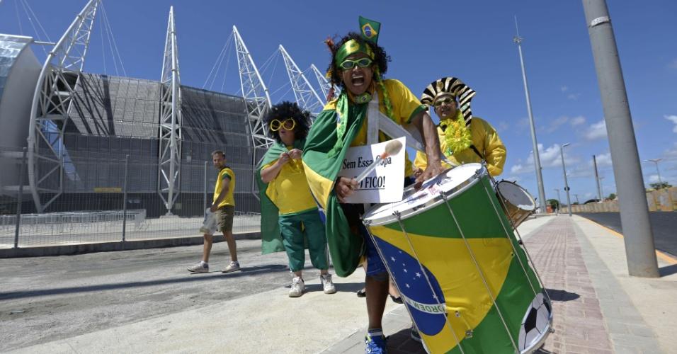 19.junho.2013 -  Driblando os protestos, torcedores chegam ao estádio fazendo festa