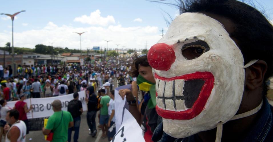 19.junho.2013 - Manifestante mascarado protesta em Fortaleza