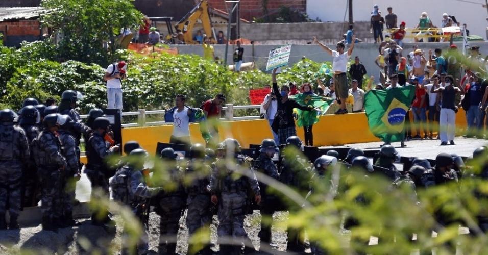19.junho.2013 - Manifestantes e policias entram em confronto em Fortaleza antes de jogo do Brasil