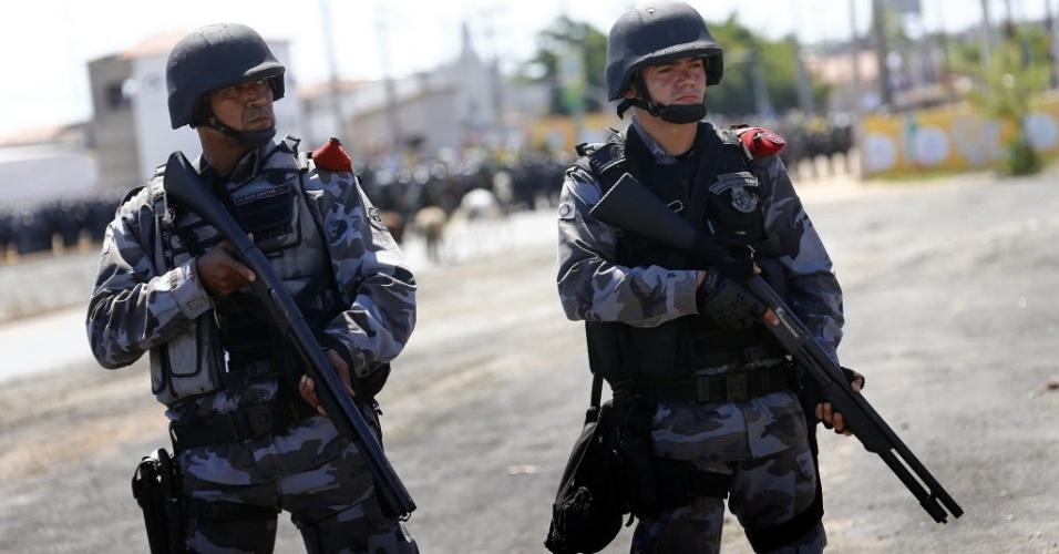 19.junho.2013 - Policiais empunham armar de bala de borracha em protesto no entorno do Castelão