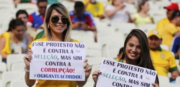 Torcedoras protestam dentro do Mineirão: tudo bem para a Fifa