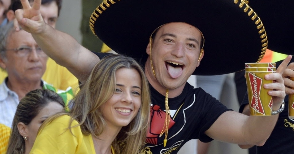 19.junho.2013 -  Torcedores se animam antes de partida entre México e Brasil