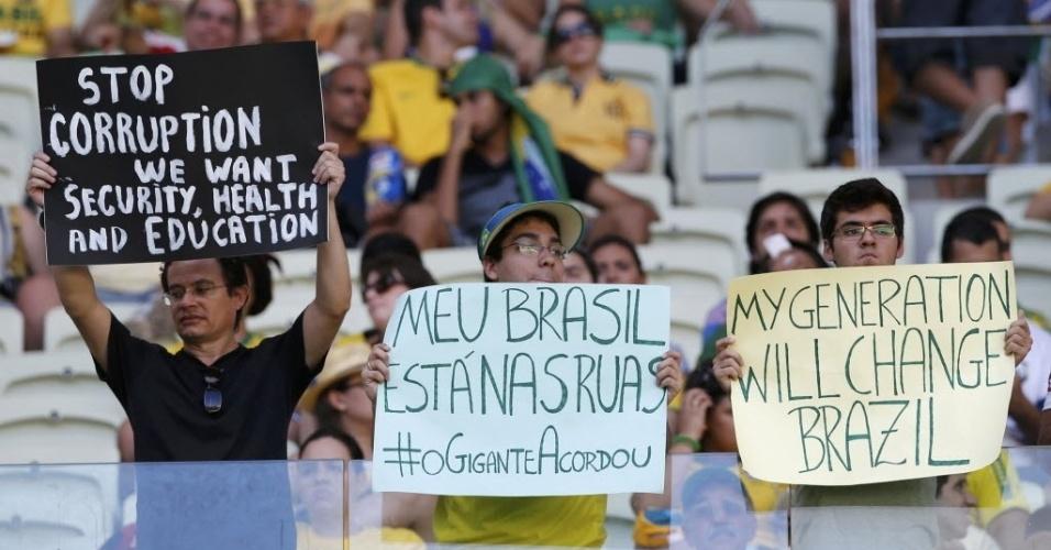 19.junho.2014 - Torcedores protestam com cartazes dentro do Castelão