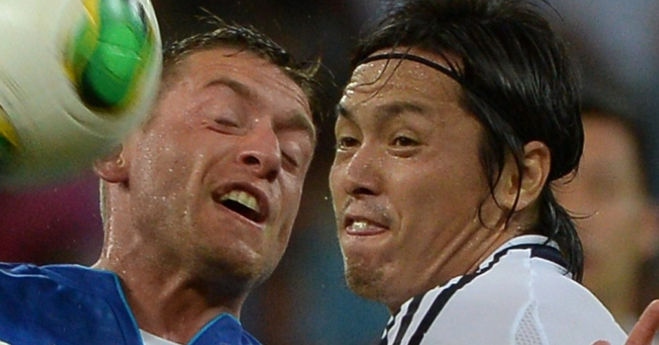 19.jun.2013 - Emanuele Giaccherini e Yasuhito Endo disputam jogada durante partida entre Itália e Japão pela Copa das Confederações na Arena Pernambuco