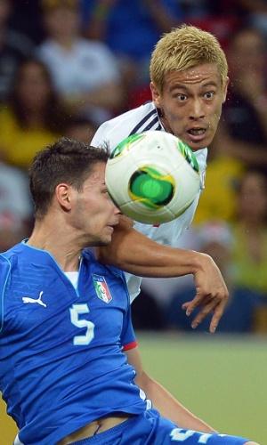 19.jun.2013 - Mattia de Sciglio disputa jogada com Keisuke Honda durante a vitória por 4 a 3 da Itália sobre o Japão na Arena Pernambuco pela Copa das Confederações