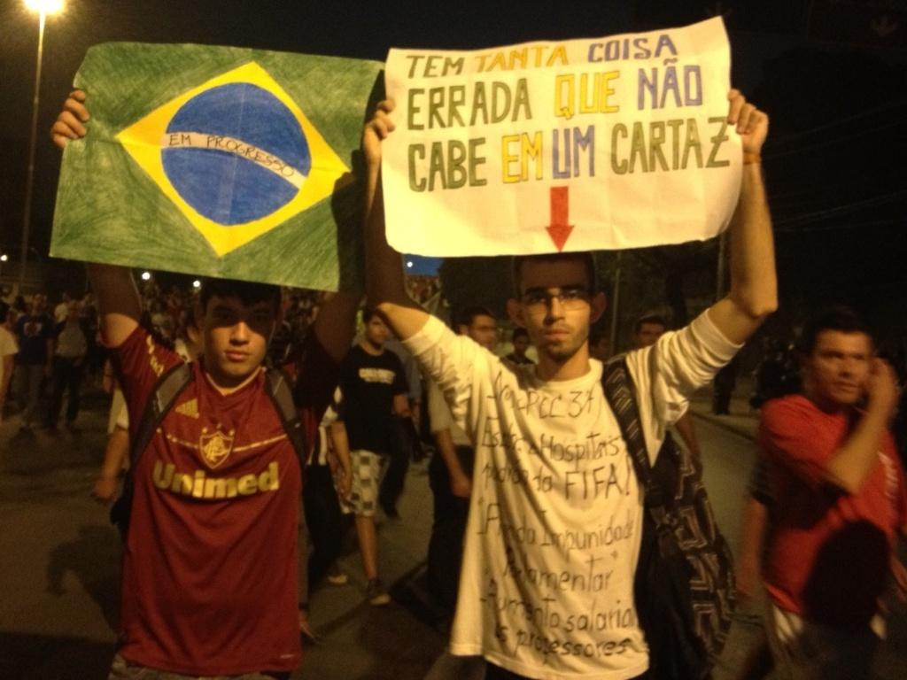 20.06.2013- Torcedores aderem aos protestos após a partida entre Espanha e Taiti