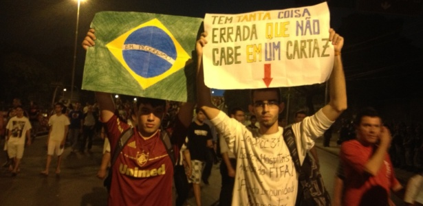 Torcedores aderem aos protestos após a partida entre Espanha e Taiti