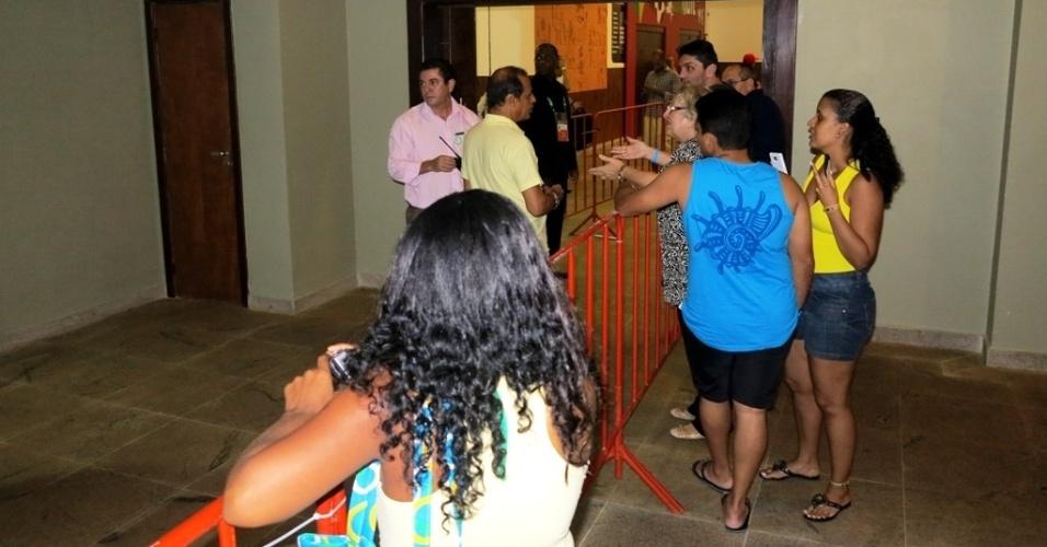 """20.jun.2013 - Ao lado de estrutura montada para chegada da seleção, hóspedes e funcionários ficam frustrados com a """"fuga"""" da equipe"""