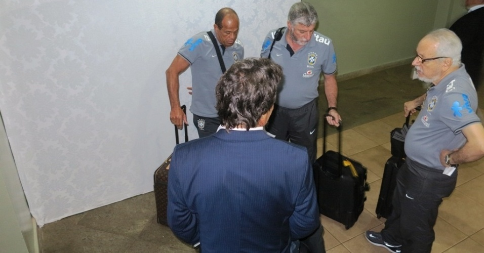 """20.jun.2013 - Assesor Rodrigo Paiva (de costas), preparador físico Paulo Paixão (e), Dr. José Luiz Runco (c) e Dr. Serafim Borges (d) também chegaram """"escondidos"""""""