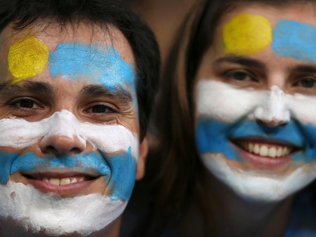 20.jun.2013 - Com rosto pintado nas cores da bandeira do Uruguai, torcedores apoiam a Celeste antes de jogo contra a Nigéria