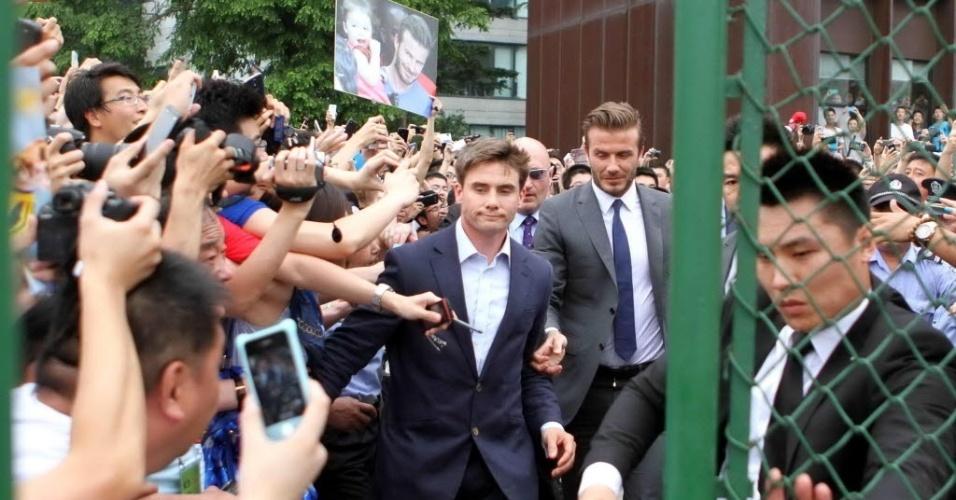 20.jun.2013 - David Beckham causa confusão durante visita a universidade na China