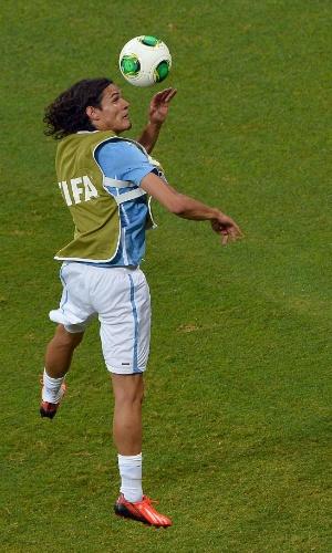 20.jun.2013 - Edinson Cavani sobe de cabeça durante aquecimento antes de partida entre Uruguai e Nigéria