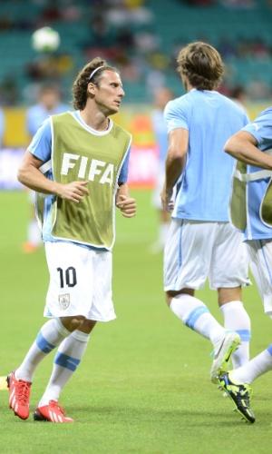 20.jun.2013 - Entre os titulares, Forlán aquece antes de partida entre Uruguai e Nigéria pela Copa das Confederações