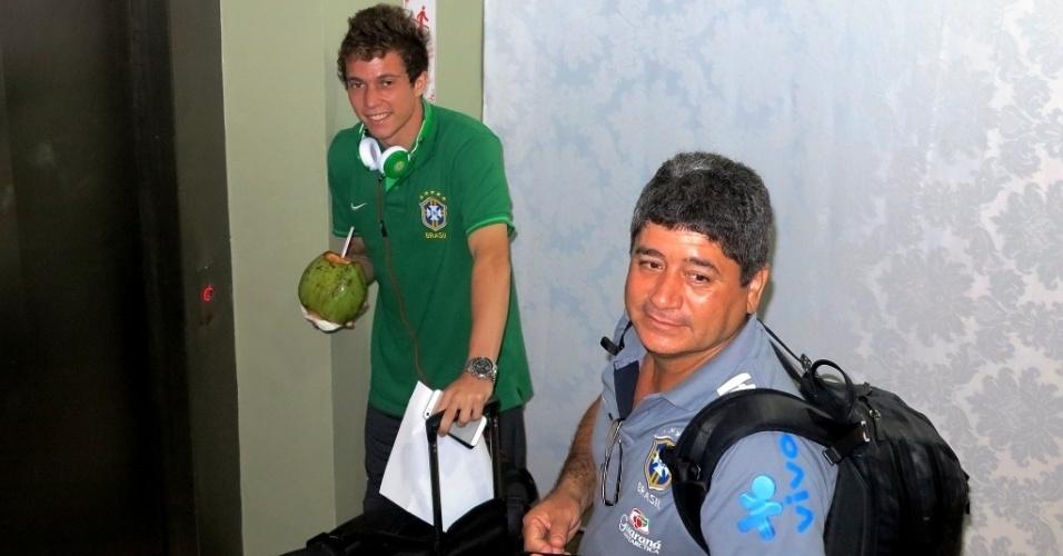 20.jun.2013 - Escondido atrás de um tapume montado pela organização do hotel, Bernard é flagrado pela reportagem do UOL em chegada a Salvador