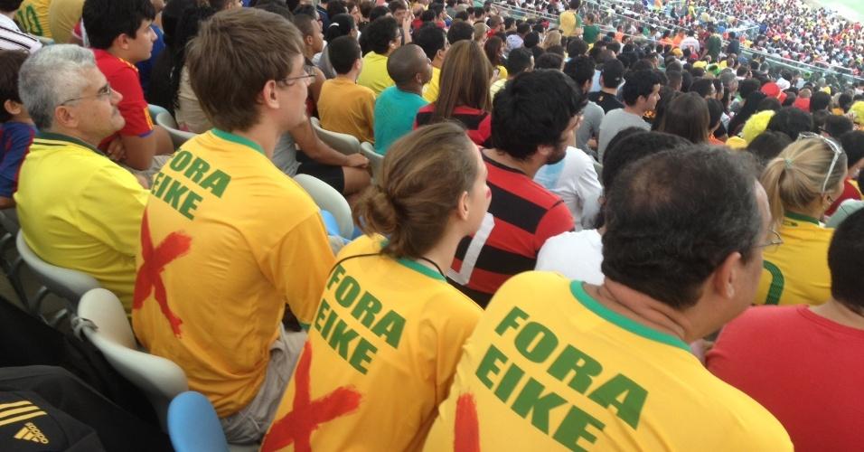 20.jun.2013 - Família de torcedores usam camisetas em protesto contra a privatização do Maracanã
