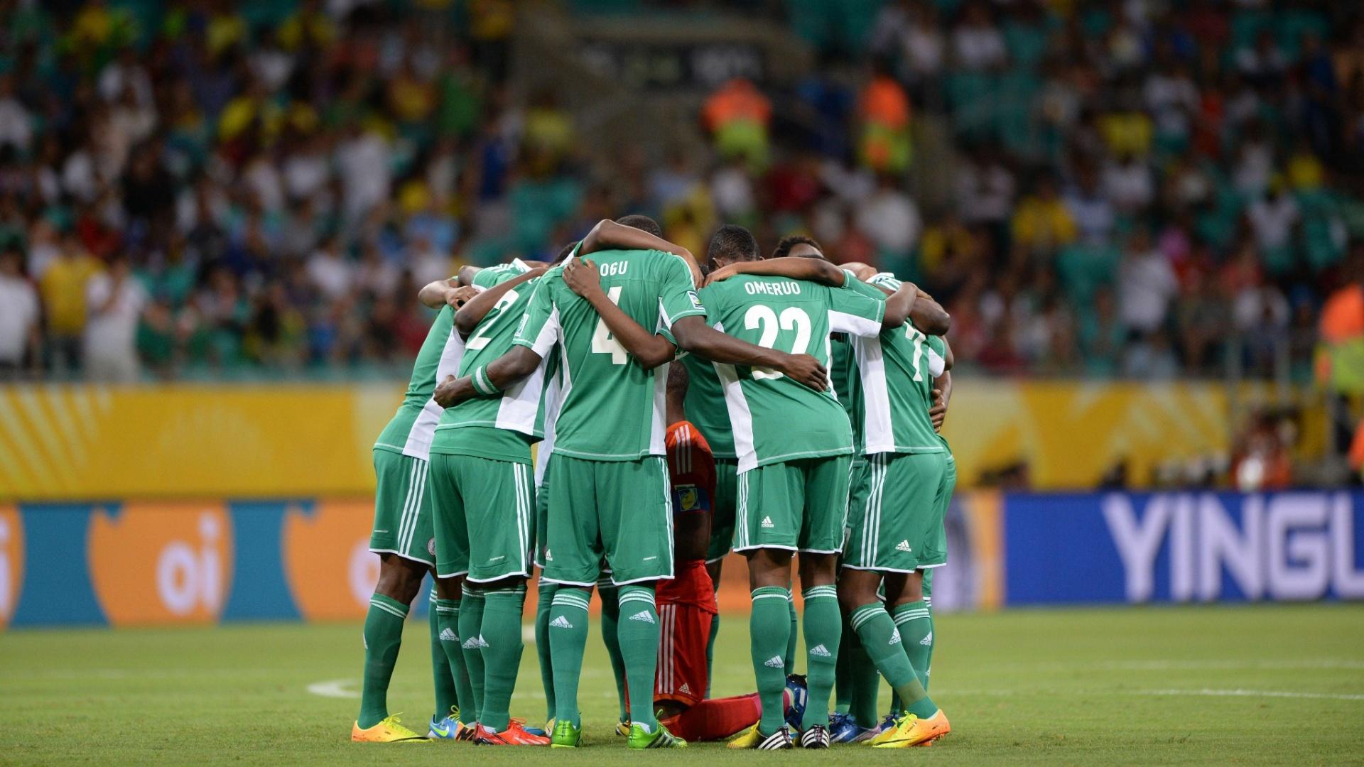 20.jun.2013 - Jogadores da Nigéria fazem última reunião no gramado antes de jogo contra o Uruguai