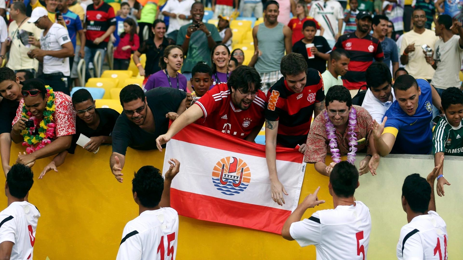 20.jun.2013 - Jogadores do Taiti cumprimentam torcida ao entrar em campo