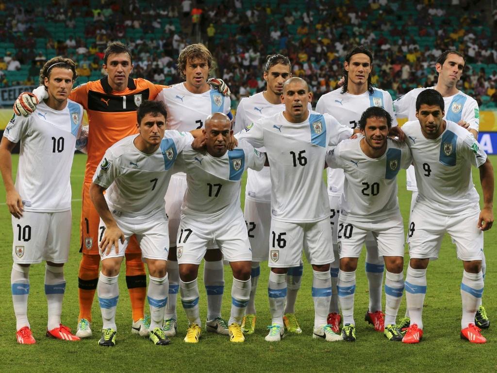 20.jun.2013 - Jogadores do Uruguai posam para foto oficial antes de partida contra a Nigéria na Arena Fonte Nova
