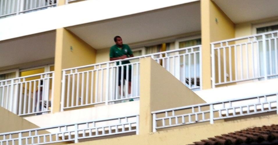 20.jun.2013 - Lucas acena para fãs na sacada do hotel que seleção está hospedada em Salvador