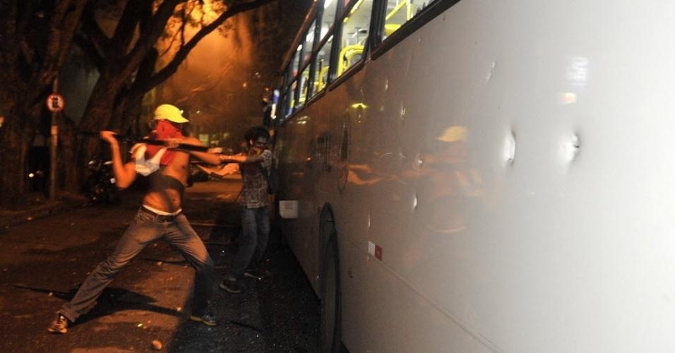 20.jun.2013 - Manifestante depreda ônibus durante protesto em Salvador, nos arredores da Fonte Nova; policiais e manifestantes entraram em confronto