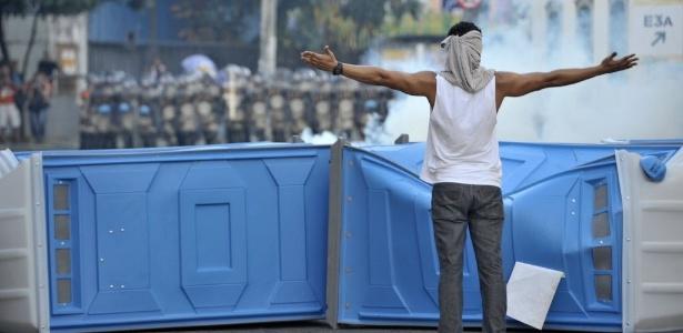 Manifestante desafia barreira imposta pela PM nas proximidades da Fonte Nova