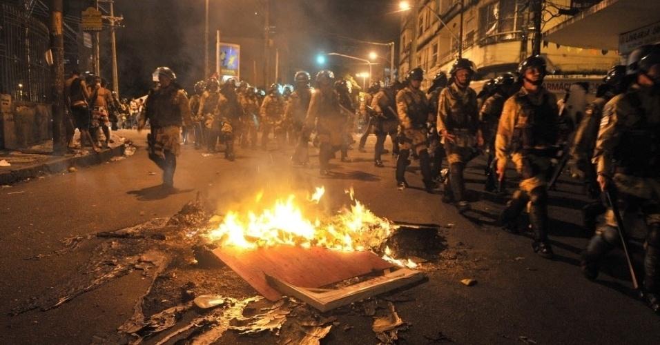 20.jun.2013 - Manifestantes atearam fogo em madeira no meio da rua nos arredores da Fonte Nova, em Salvador, durante protestos contra a corrupção e os altos gastos de dinheiro público destinados à Copa do Mundo