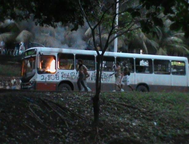 20.jun.2013 - Manifestantes atearam fogo em ônibus durante protesto em Salvador