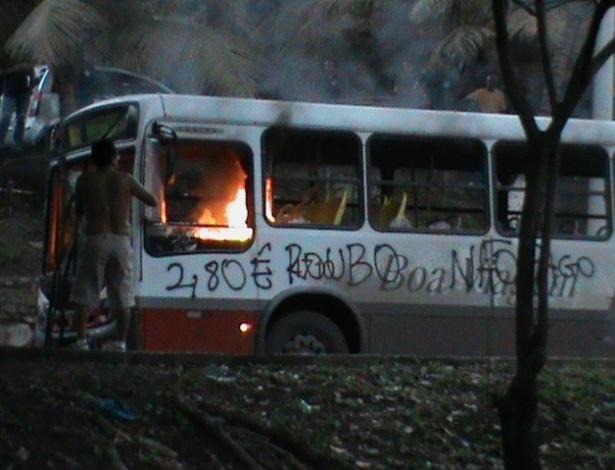 20.jun.2013 - Manifestantes atearam fogo em ônibus em Salvador