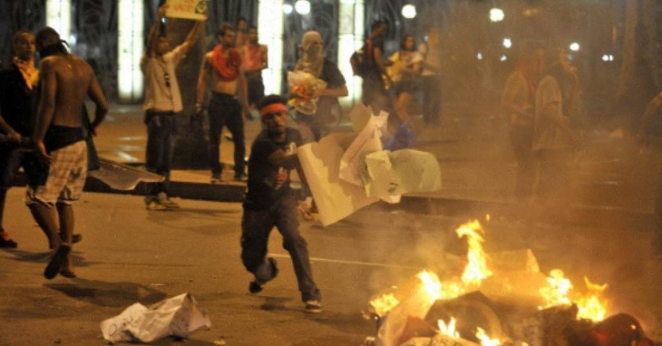 20.jun.2013 - Manifestantes colocam fogo em cartazes no meio da rua nos arredores da Fonte Nova, em Salvador, durante protestos contra a corrupção e os altos gastos de dinheiro público destinados à Copa do Mundo