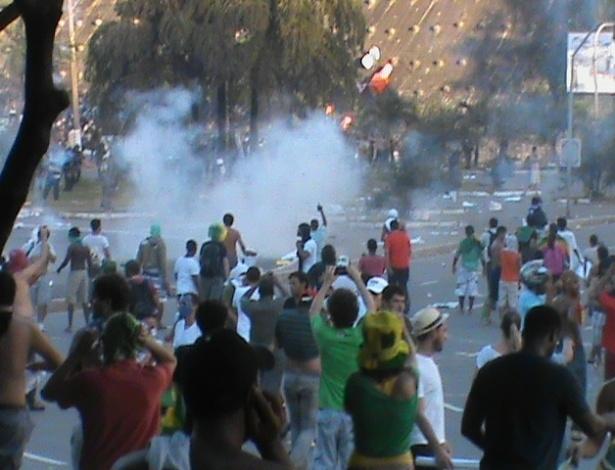 20.jun.2013 - Manifestantes escapam de gás de bombas de efeito moral lançadas pela polícia em Salvador