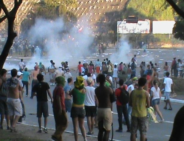 20.jun.2013 - Manifestantes fogem do gás de bombas jogadas pela PM em Salvador