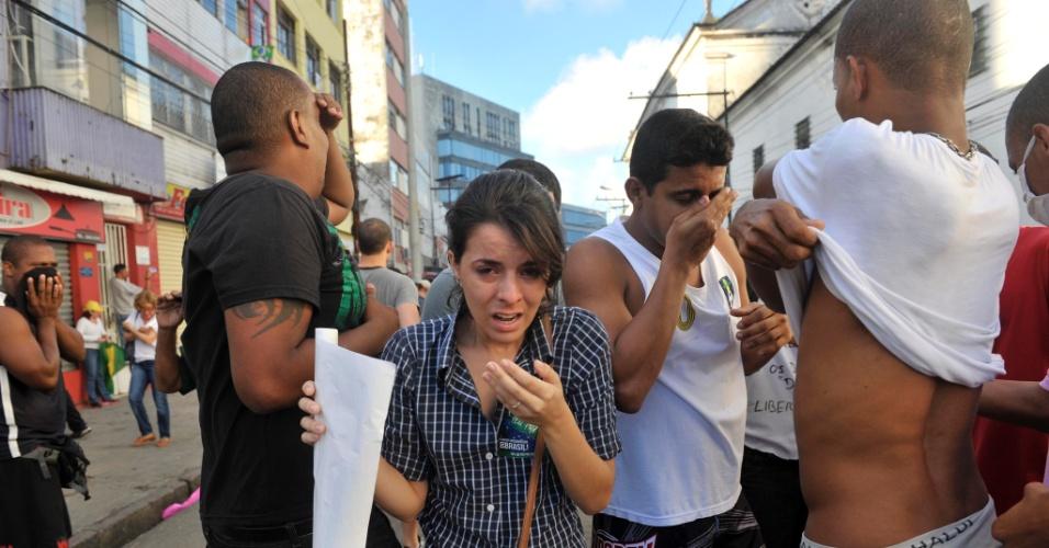 20.jun.2013 - Manifestantes levam gás lacrimogênio durante protesto em Salvador perto da Fonte Nova