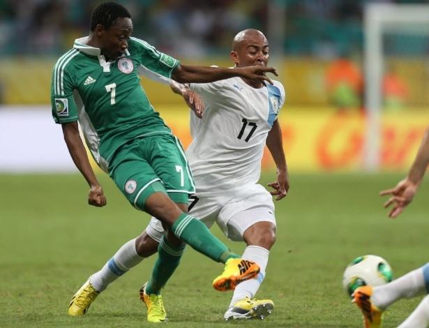 20.jun.2013 - Marcado por Arévalo Rios (d), Ahmed Musa tenta passar a bola durante jogo entre Nigéria e Uruguai