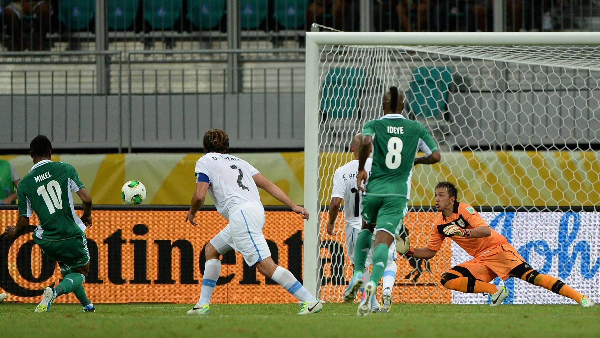 20.jun.2013 - Mikel dribla Lugano e finaliza com classe para empatar jogo entre Nigéria e Uruguai