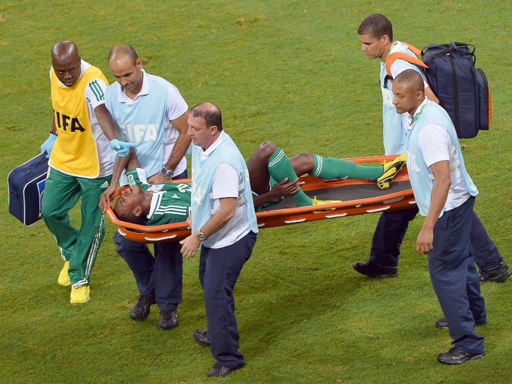 20.jun.2013 - Nnamdi Oduamadi, da Nigéria, deixa campo de maca após sentir lesão em partida contra Uruguai