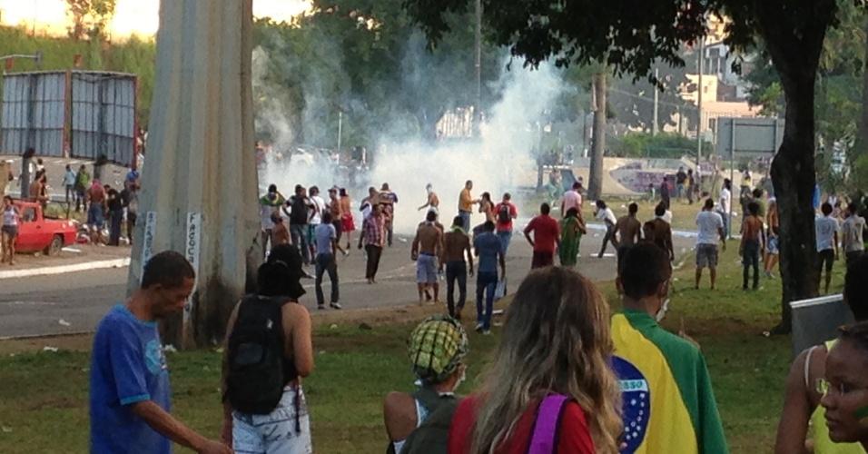 20.jun.2013 - PM lança bombas de efeito moral contra manifestantes em Salvador