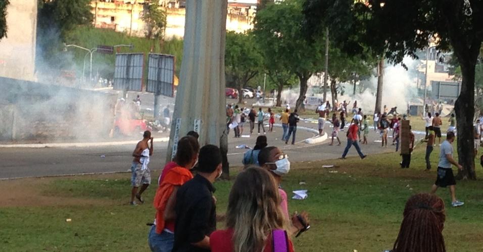 20.jun.2013 - PMs jogaram bombas de efeito moral para dispersar manifestantes