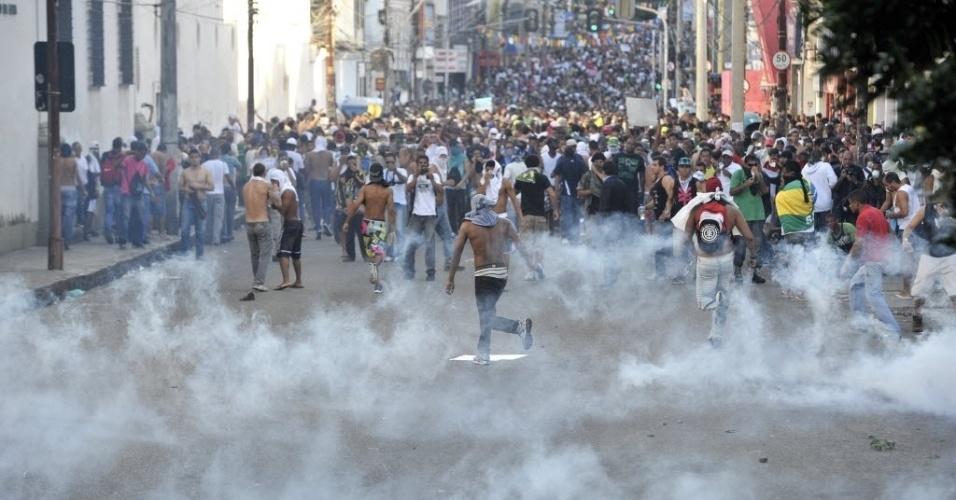 20.jun.2013 - Policiais e manifestantes entraram em confronto durante protesto em Salvador. PM usou bombas de efeito moral. Houve muita correria entre os manifestantes e alguns chegaram a passar mal por conta dos efeitos das bombas. Um grupo pequeno reagiu atirando pedras nos policiais