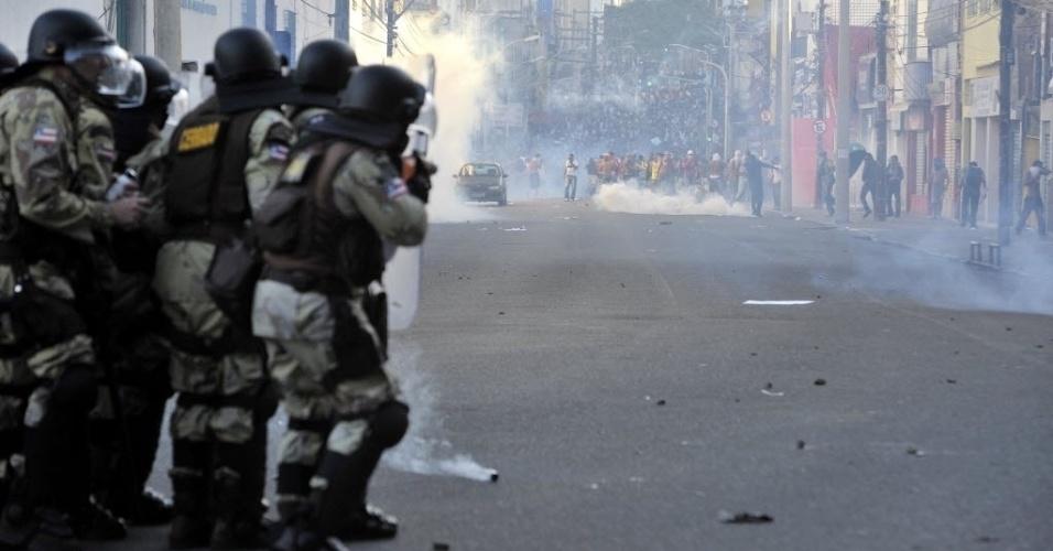 20.jun.2013 - Policiais esperam chegada de manifestantes com escudos e bombas de efeito moral. PMs e manifestantes entraram em confronto nas proximidades da Arena Fonte, em Salvador, pouco antes do jogo entre Uruguai e Nigéria pela Copa das Confederações