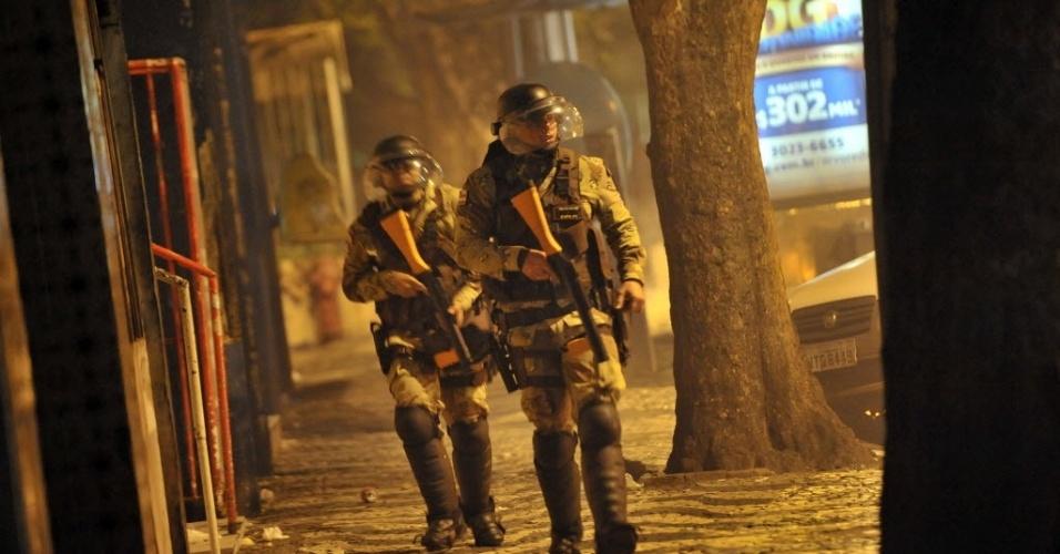 20.jun.2013 - Policiais percorrem as ruas nos arredores da Fonte Nova, em Salvador, durante protestos contra a corrupção e os altos gastos de dinheiro público destinados à Copa do Mundo