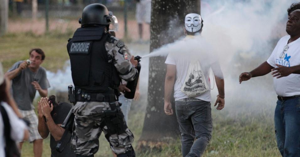 20.jun.2013 - Policial do Choque joga spray de pimenta em cima de manifestante em Salvador